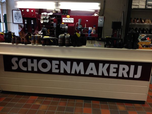 Dijkstra Groot in Schoenen heeft ook een schoenmakerij.