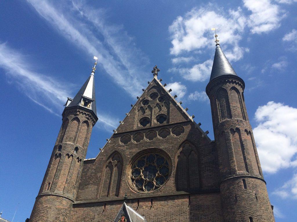 voldoen Nederlandse politieke partijen wel aan de wetgeving betreft webshop